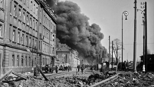 Bombardování Prahy za druhé světové války. Archivní foto.