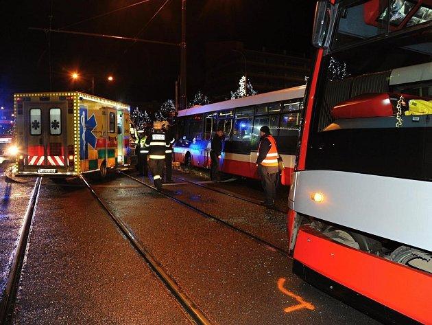 Nehoda Tramvaje a autobusu na Praze 10.