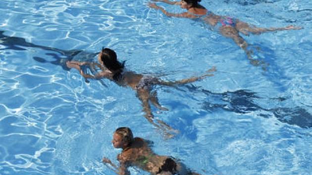 ADRENALIN I POHODA. Ač se pražské koupaliště a bazény předhánějí v nabídce nejrůznějších vodních atrakcí, stále jsou lidé, které baví jen tak si zaplavat./Ilustrační foto