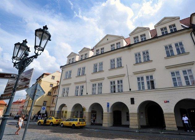 Dům č.p. 108vLoretánské ulici vPraze, který koupil Zdeněk Bakala a který vněm chce vytvořit Knihovnu VáclavaHavla.