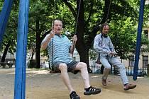 Koleno už sice neslouží jako zamlada, přesto si sedmdesátiletý Miroslav Jiskra (vlevo), který v roce 2013 získal v projektu Konta Bariéry čestný titul Senior roku, nezoufá. Na snímku s vedoucím KC Prádelna Michaelem Čihákem.