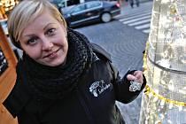Největší zájem je o květinu, ukazuje produkční Nadačního fondu Českého rozhlasu Světluška Olga Velíšková jednu z křišťálových ozdob u stánku na Václavském náměstí. Stánek je nápadný díky dvoumetrovému drátěnému stromu, na který kupující věší ozdoby.