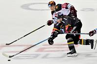 Utkání 6. kola hokejové extraligy: HC Sparta Praha - HC Verva Litvínov, 15. října 2019 v Praze. Juraj Mikúš z Litvínova (vpředu) a Petr Kalina ze Sparty.