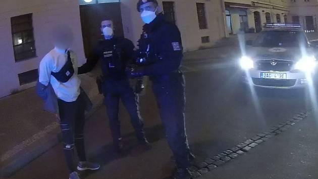 Pětici pachatelů loupežného přepadení zadrželi policisté krátce po činu.