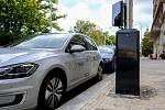 Na Vinohradech je možné dobít elektromobil z nových sloupů veřejného osvětlení.
