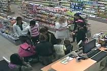 Zlodějský gang kradl před očima prodavaček