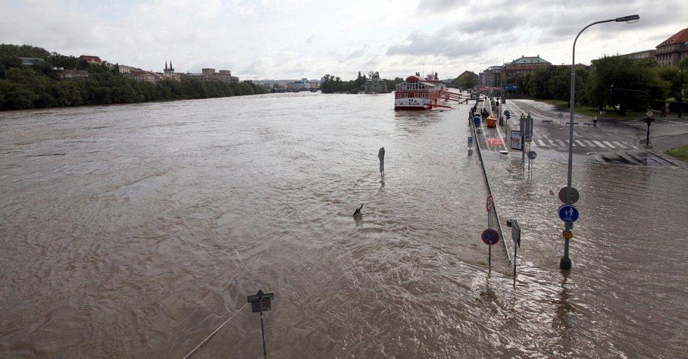 Povodně v Praze v úterý 4. června. Nábřeží Ludvíka Svobody.