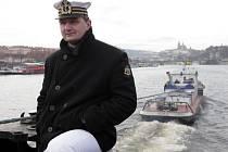 Po třicetipěti letech připlula do Prahy loď vlečená remorkérem a proplula městem a zakotvila nedaleko železničního mostu.