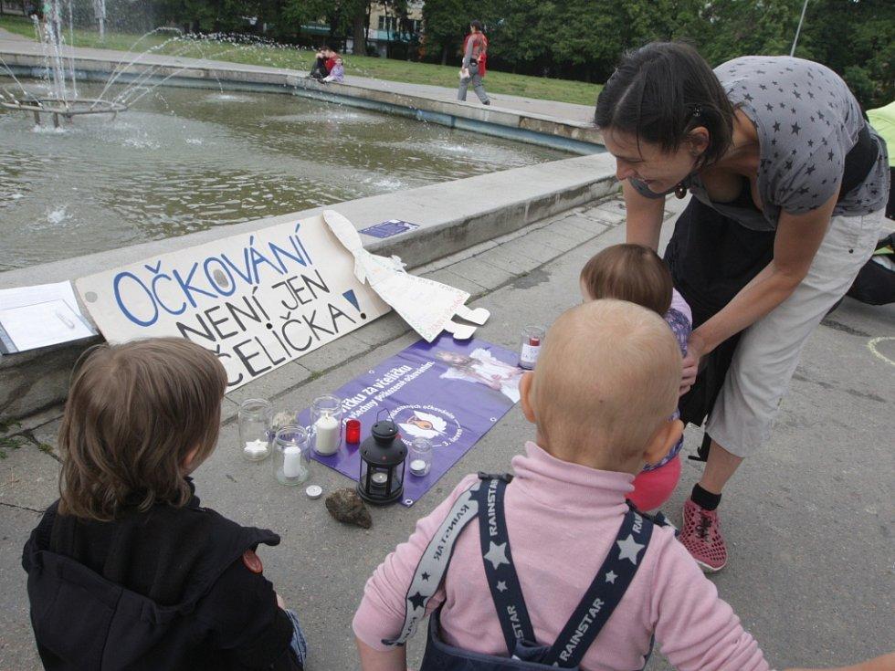 Protesty jsou nedílnou součástí otázky očkování. Častěji lidé demonstrují proti němu.