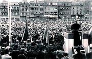 Na dobové fotografii z roku 1947 je arcibiskup Beran poprvé v rodné Plzni