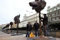 Před Veletržním palácem v Praze, které je v současnosti sídlem Národní galerie, zahájili v neděli 31. ledna 2016 instalaci projektu Zvěrokruh čínského umělce a kritika tamního režimu Aj Wej-weje.
