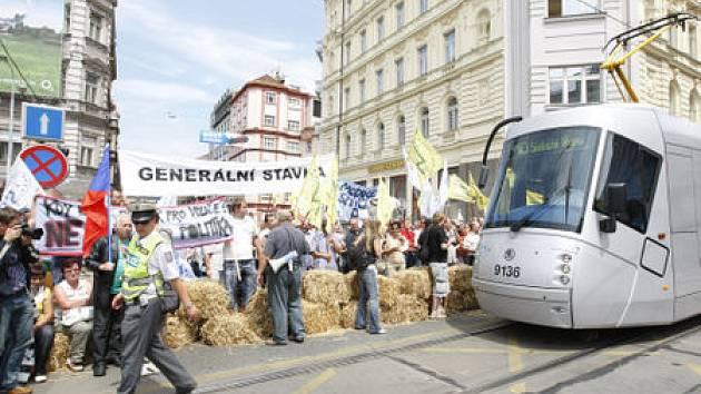 Odboráři zablokovali na dvacet minut pražskou magistrálu v místě přechodu pro chodce na křižovatce ulic Legerová - Ječná.