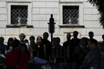 U pomníku Milady Horákové ve Sněmovní ulici v Praze pokládali lidé 27. června 2020 květiny a svíčky při příležitosti 70. výročí její popravy.