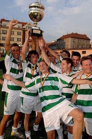 Fotbalisté Meteoru po roce znovu oslavili zisk Teskahor Poháru Pražského fotbalového svazu.