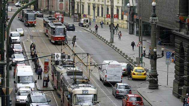 OKOLÍ NÁRODNÍ TŘÍDY má být bez aut. Na konci ulice u Jungmannova náměstí zřejmě vznikne kruhový objezd, který bude dopravu odklánět zpět.
