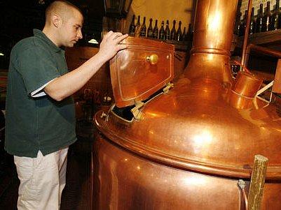 NETRADIČNÍ CHUTĚ. Malé pražské pivovary konkurují těm velkým nejen kvalitou, ale i rozličnými příchutěmi. Sládek Novoměstského pivovaru Štěpán Mysliveček kontroluje kvalitu várky.