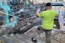 Odstraňování graffiti. Ilustrační foto.
