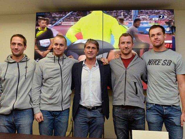 Trenér Jan Železný (uprostřed) se svými svěřenci. Zleva Vítězslav Veselý, Jakub Vadlejch, Jaroslav Jílek a Petr Frydrych.