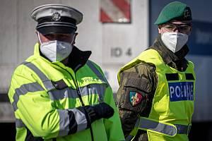 Smíšená hlídka policie a armády, která dohlíží na dodržování nařízení.