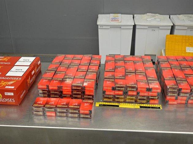 Ruzyňští celníci odhalili pašeráka cigaret.