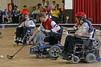 První mezinárodní turnaj ve florbalu na elektrických invalidních vozícík se konal 8. května v tělocvičně Metropolitní univerzity Praha.