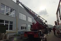 Na místě se ukázalo, že požár provázený skutečně intenzivním vývinem kouře vnikl v sušicí peci, kde se vysoušený materiál vznítil po nepředvídané chemické reakci. Zdolat oheň se nakonec podařilo jen s použitím několika sněhových hasicích přístrojů.