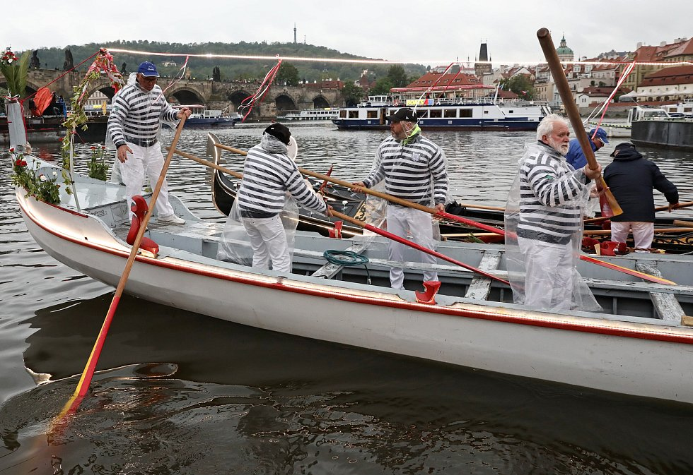 Svatojánské slavnosti NAVALIS 2019 na hladině Vltavy pod Karlovým mostem.