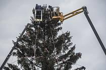 Na Staroměstském náměstí v Praze se v úterý 24. listopadu 2015 začalo se zdobením vánočního stromu a zároveň s přípravami vánočních trhů.