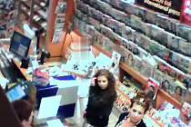 Policisté hledají také dvě ženy, které se podílely na krádeži jízdenek v trafice ve Vinohradské ulici v Praze.