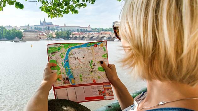 Turistka v Praze. Ilustrační foto.