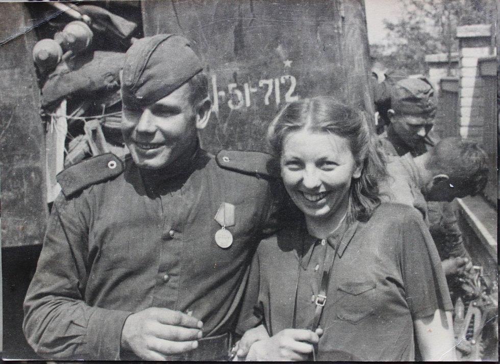 S rudoarmějcem. Milena Suková při oslavách osvobození.
