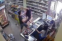Prodavače zákazník zvedl nad hlavu a mrštil jím o zem.