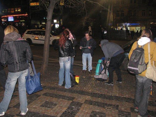 POMOC. Streetworkeři v pondělí pomáhali na Václavském náměstí narkomanům.