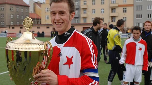 Na Vyšehradě obhajuje béčko Slavie. Kapitán vítězné Slavie B Lukáš Nachtman s trofejí za vítězství v prvním ročníku Dragoun Cupu.
