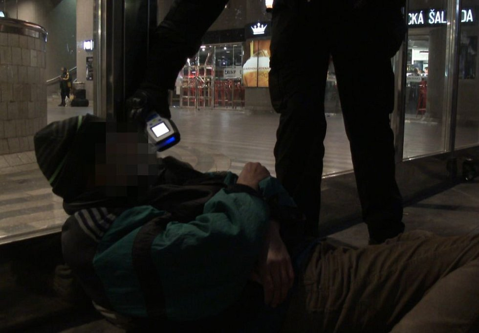 Preventivní kontrola strážníků městské policie v okolí hlavního nádraží.