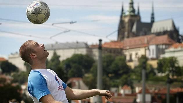 Letošní mistr ČR ve freestyle fotbale Lukáš Škoda pózuje v centru Prahy.