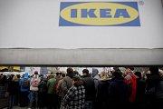 Stovky lidí čekaly 17. listopadu 2011 na slavnostní otevření zrekonstruovaného obchodu s nábytkem IKEA.