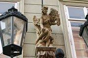 Dům U bílého anděla. Pamětní deska na domě říká, že zde bydlel mezi lety 1866 - 1872 za svých univerzitních studií cestovatel Emil Holub.