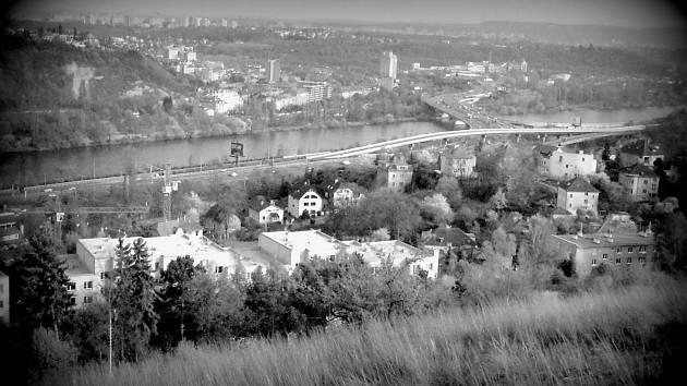 Pohled na Braník a Hlubočepy s novým mostem spojujícím oba břehy řeky Vltavy. Původní název Barrandovského mostu byl Most Antonína Zápotockého.