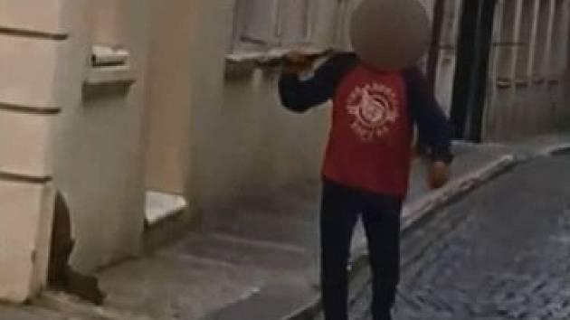 Opilý cizinec ohrožoval lidi ukradeným mečem.