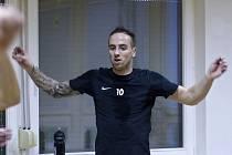 Fotbalista Tomáš Jablonský v posilovně.