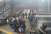 Mladíci hledaní v souvislosti s incidentem ve vestibulu metra.