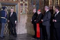 Korunovační klenoty uzamklo do Korunní komory sedm klíčníků, mezi které patří prezident Miloš Zeman, premiér Bohuslav Sobotka či pražský arcibiskup kardinál Dominik Duka.