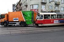 Na Smíchově se tramvaj srazila s popelářským autem.