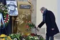 Poslední rozloučení s hercem Michalem Pavlatou. Na snímku je Vladimír Kratina.