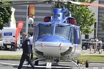 Policejní vrtulník Bell.