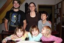 Když bylo dvěma bratrům doma smutno, rozhodli se Zemanovi adoptovat holčičku, nakonec do rodiny přibyly rovnou tři.