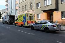 V pražské Petrohradské ulici byl ve vnitrobloku nalezen mrtvý muž.
