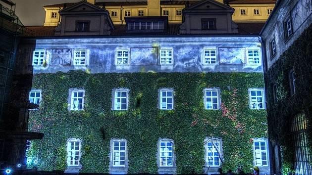 Budovy v centru Prahy se na čtyři večery změní k nepoznání. Díky takzvanému videomappingu, který zde představí umělci z celého světa. Chybět ale nebudou ani dočasné světelné sochy a další instalace v ulicích.