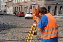Geodet na Karlově náměstí v Praze.